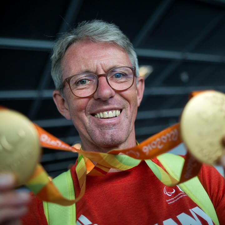 Radsportler Hans-Peter Durst strahlt mit seinen beiden Goldmedaillen bei den Paralympics in Rio 2016 um die Wette (Bild: picture alliance)