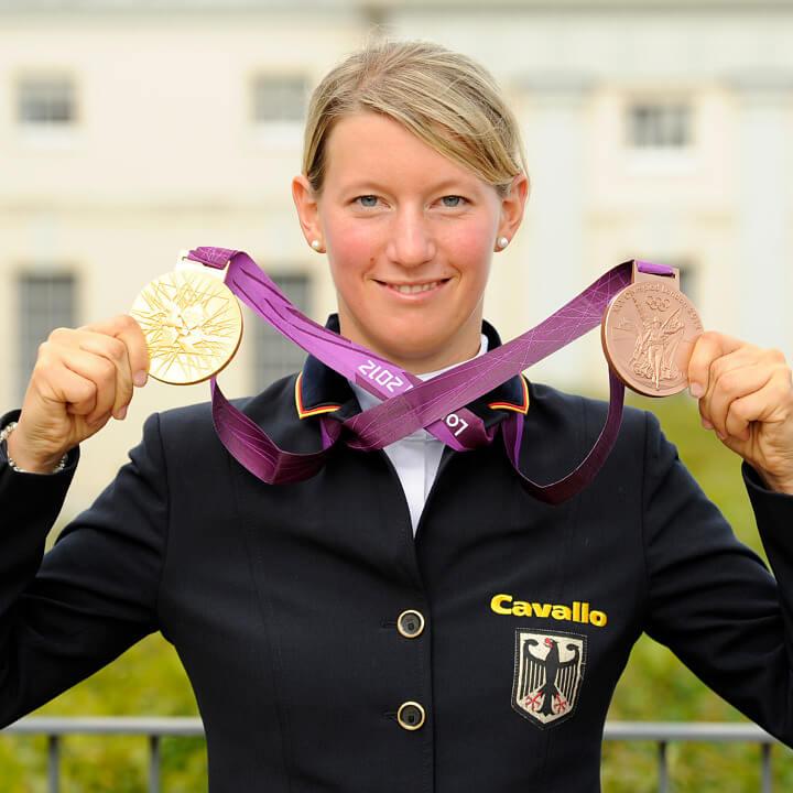 Vielseitigkeitsreiterin Sandra Auffahrt hat gleich doppelten Grund zur Freude: Gold im Team-Wettbewerb, Bronze in der Einzel-Wertung bei den Olympischen Spielen von London 2012 (Bild: picture alliance)